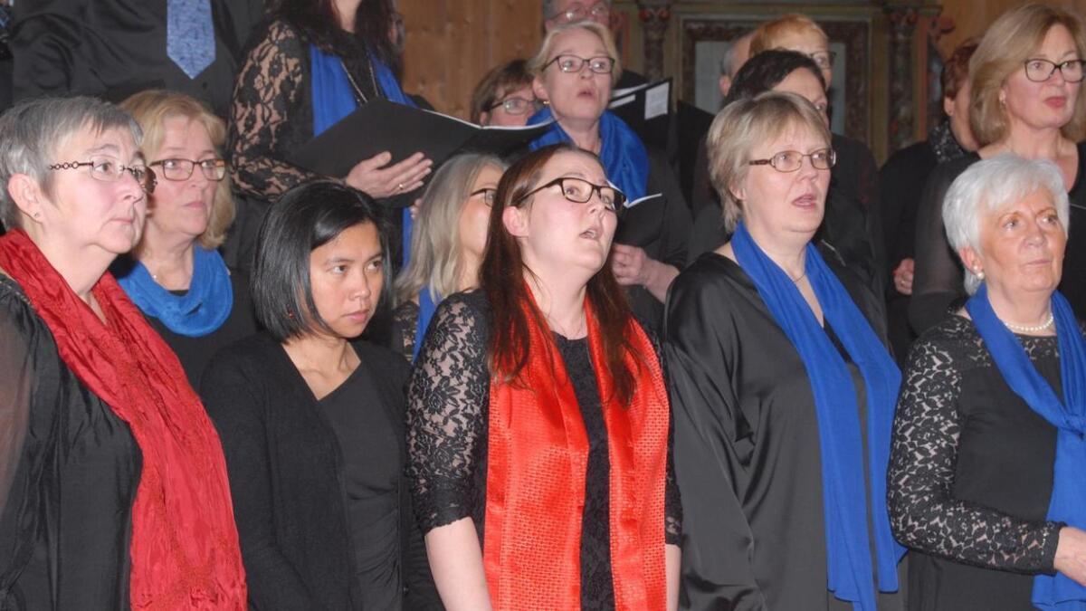 Sigerfjord sangkor og Sortland korforening sang fram julestemningen i Sigerfjord kirke.