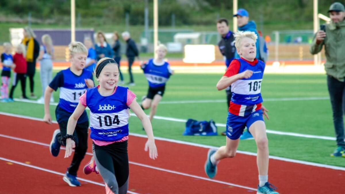 Tuva Ingebretsen Lund, Thomas Moy og Mads Leander Vik kappes om å komme først i mål på 60-meteren.