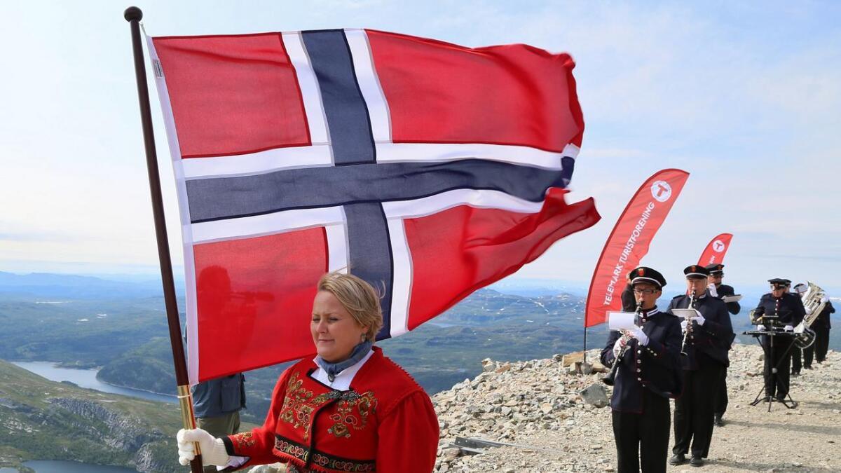 Gry Larønningen Søvik i front av Musikkforeningen Suoni