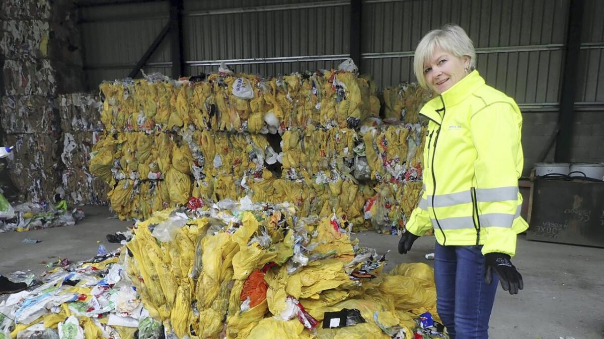 Driftsleiar ved Renovest IKS, Elsa Ann Hauglid, var med og sorterte avfall på stikkprøva. Båe