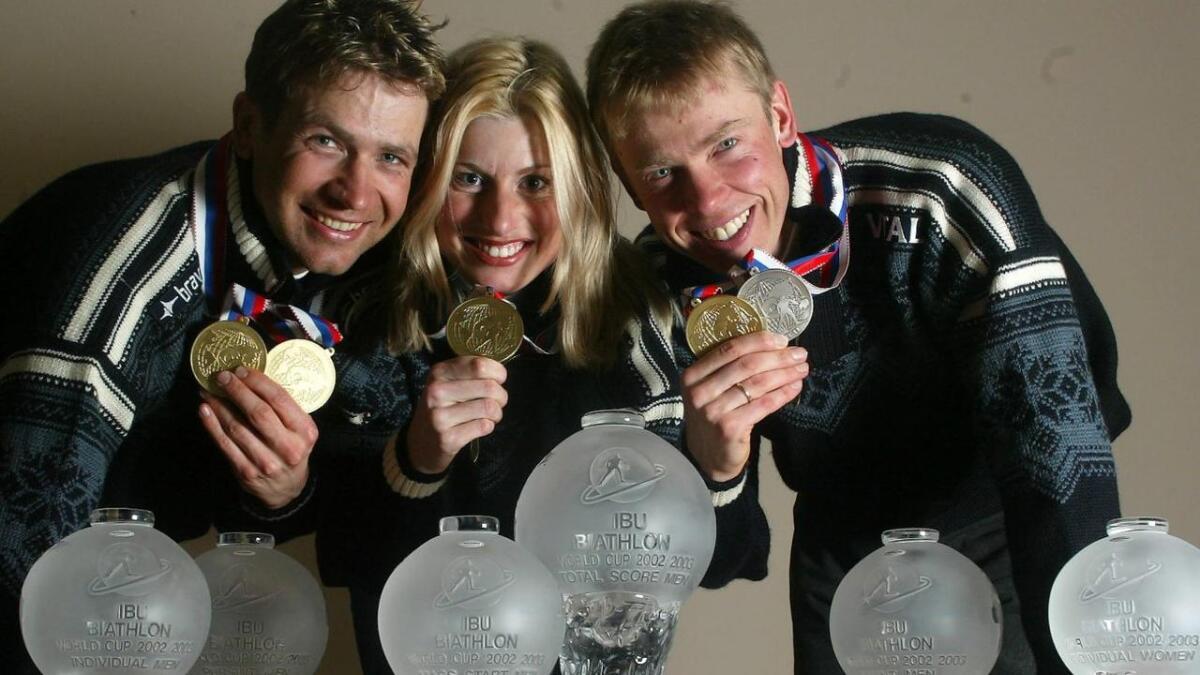 Året er 2003. Ole Einar Bjørndalen (t.v.), Gunn Margit Andreassen og Halvard Hanevold sammen med en del av de medaljer og trofeer norske skiskyttere har sanket sammen i løpet av sesongen, inkludert VM-medaljene fra Khanty-Mansijsk i Russland.