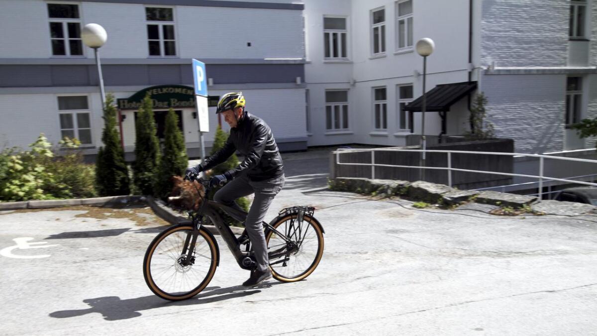 I mai startet Skien bibliotek med utlån av elsykler. Her tester varaordfører Erik Næs en av dem.