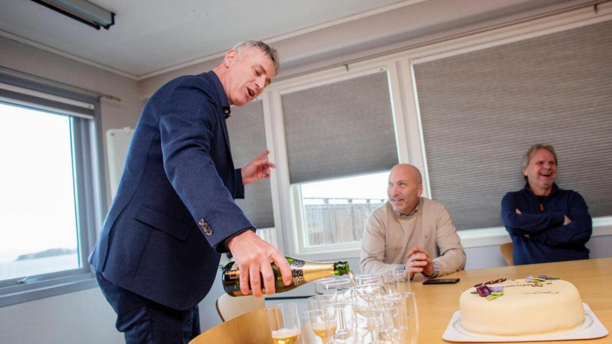Redaktør Magne Kydland (t.v.) serverer alkoholfritt sprudlevatn til dei tilsette. Her med dagleg leiar Reidar Hystad (midten) og typograf Hans Jacob Meland.