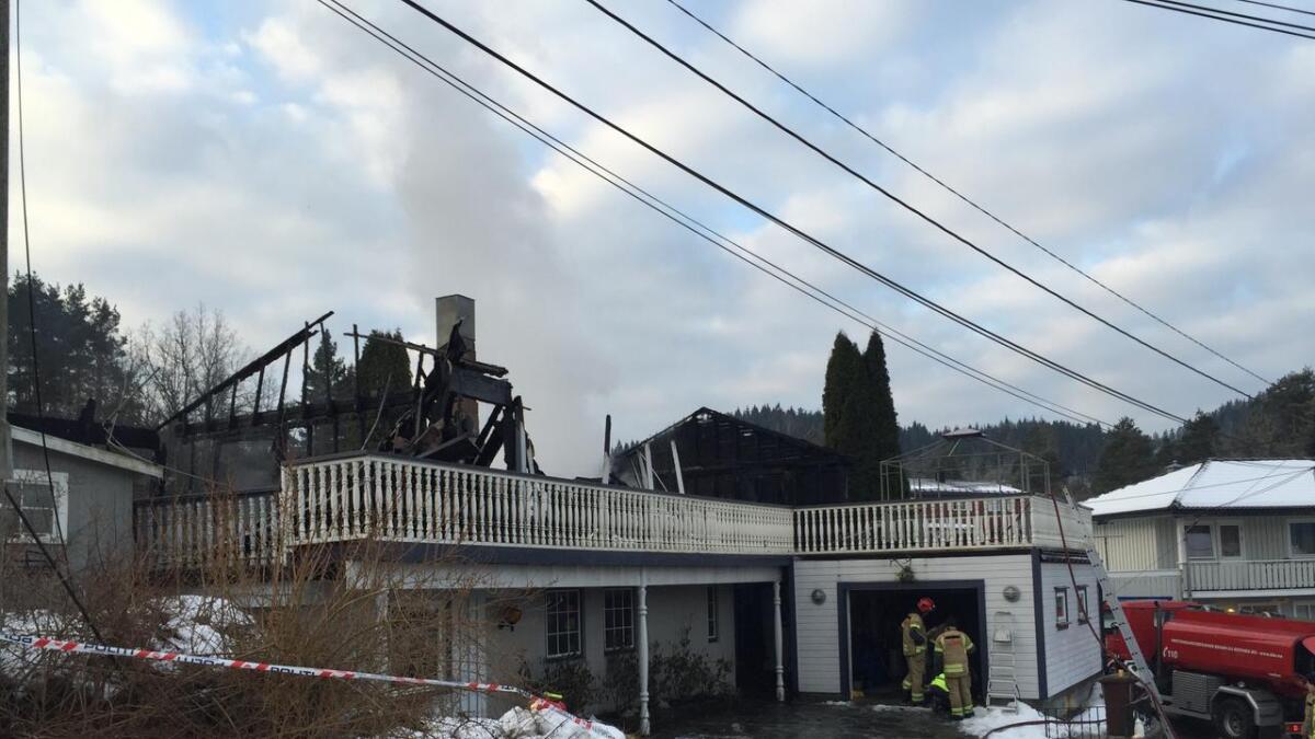 En familie på fem reddet seg ut da det begynte å brenne i boligen på Bakkemoen i Birkenes kommune natt til fredag. Boligen ble totalskadet i brannen.