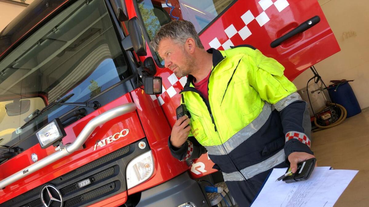 Den rutinerte utrykningslederen Knut Svein Engenes tjuvstartet da skogbrannen herjet tirsdag ettermiddag og kveld. Han mener brannfolkene i Åmli er av en helt egen art.