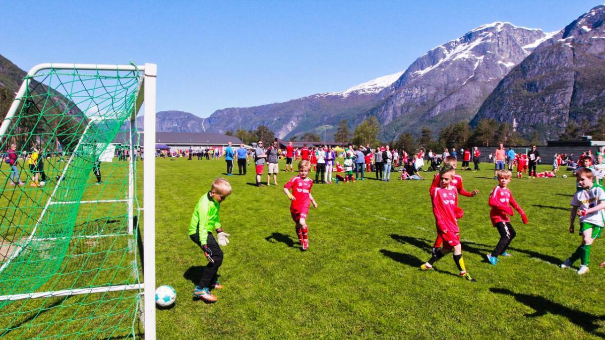 Til helga vert Eidfjord småbanecup sparka i gang for 32. gong. Biletet er frå eit oppgjer for nokre år sidan.