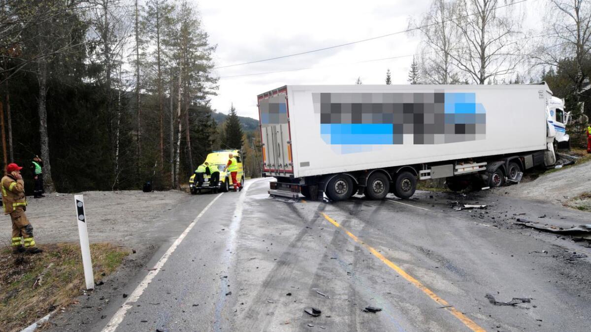 Ein person omkom i samanstøyten mellom varebilen og semitraileren.