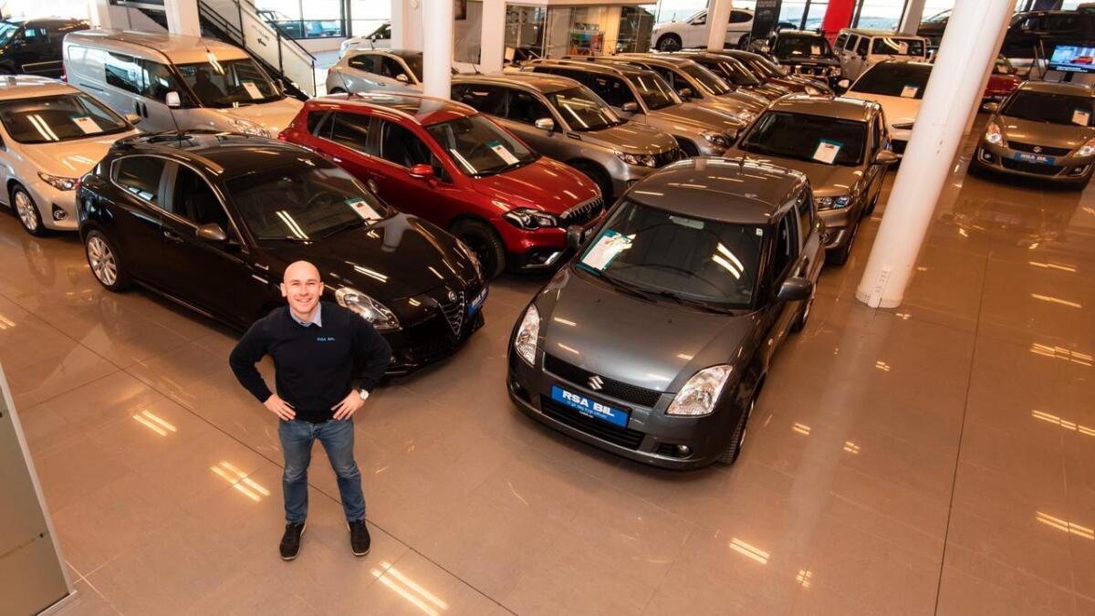 Geir Christoffersen har et godt utvalg med bruktbiler å vise fram hos RSA Arendal.