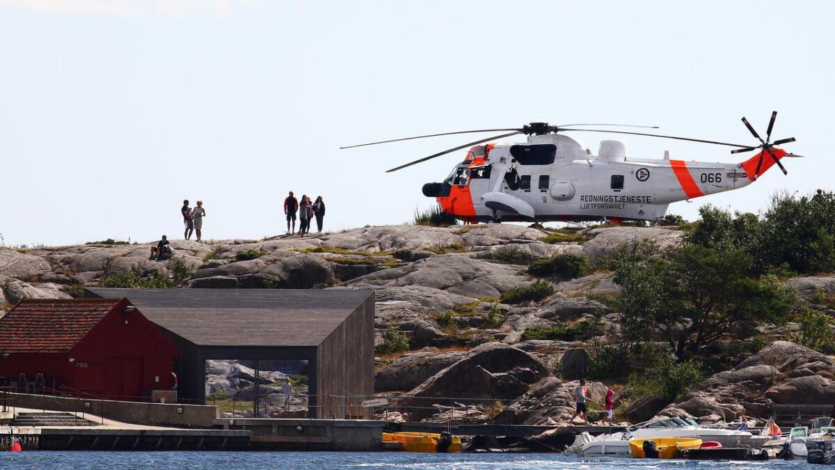 Luftforsvarets Skvadron 330 landet på Stangholmen i Risør fredag ettermiddag. Her hadde mannskapet debrif og fiskesuppe i sjøkanten.