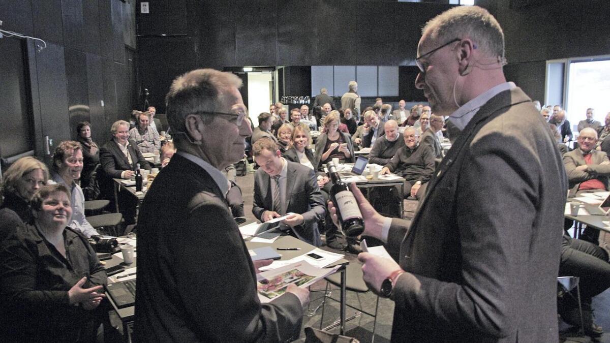 Direktør Terje Moe Gustavsen takkes av konferansier Erik Næs for innsatsen da Bypakke Grenland arrangerte «Møteplass for byutvikling» i Ælvespeilet i Porsgrunn.