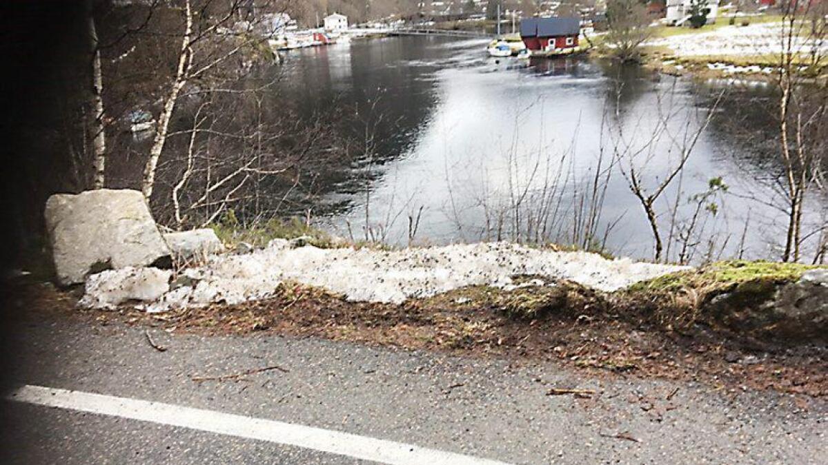 Resten av stabbesteinane skal fjernast og ny betongkant monterast her mellom Kuvika og Kulshamar.