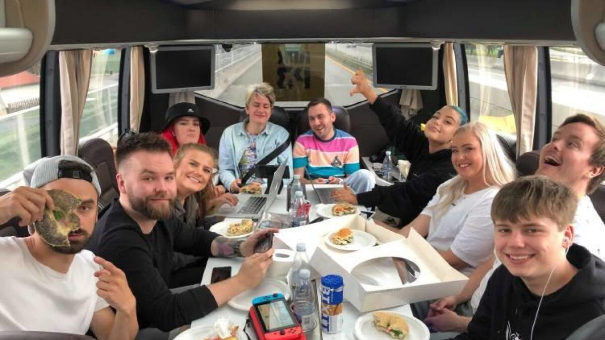 En youtuber må også ha mat. Her fra turnébussen mandag. Markus Sannes til høyre foran, Dennis Vareide til høyre bakerst i bussen.
