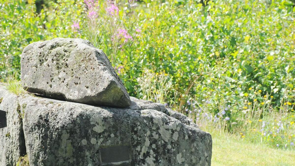 Slått inn i plata på steinen som er sett opp til minne om Anne Golid, står det at ho var fødd i 1777. Rikard Berge meiner ho blei fødd i 1773.