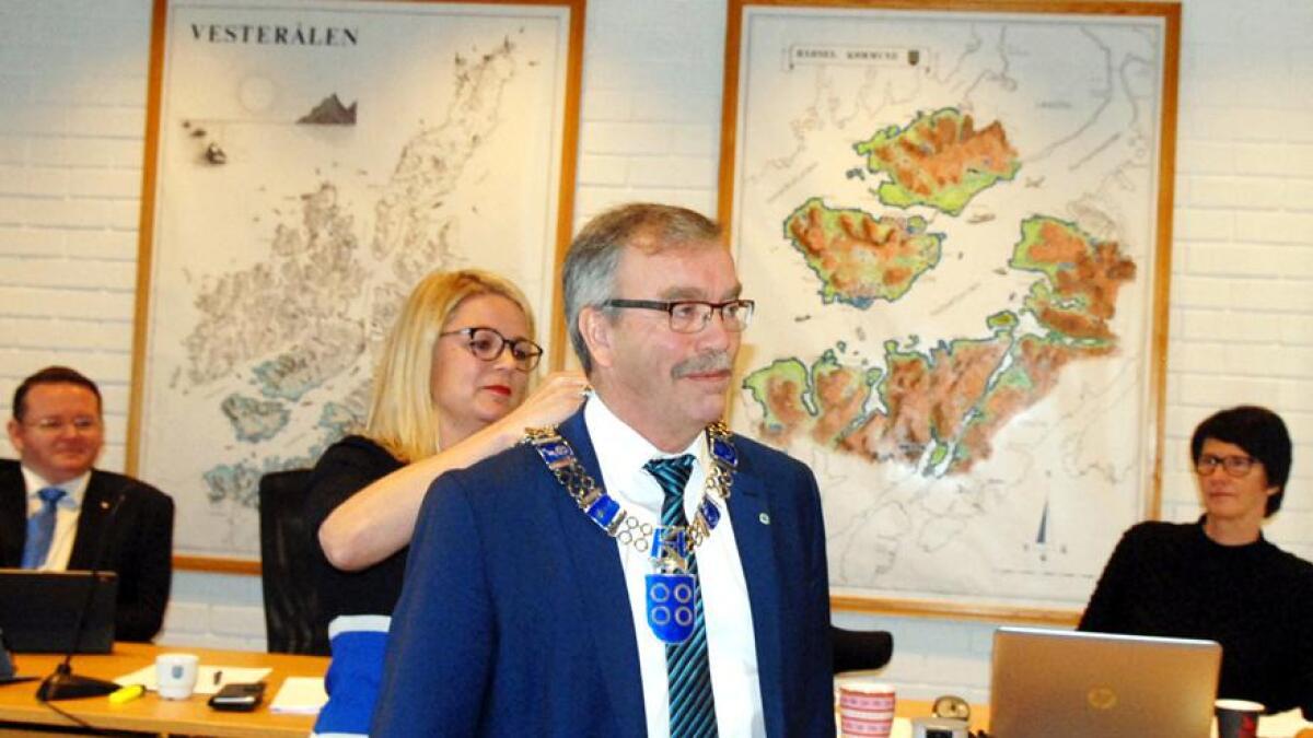 Siv Dagny Aasvik (Ap) fester ordførerkjedet rundt halsen til sin etterfølger Kurt Jenssen (Sp).