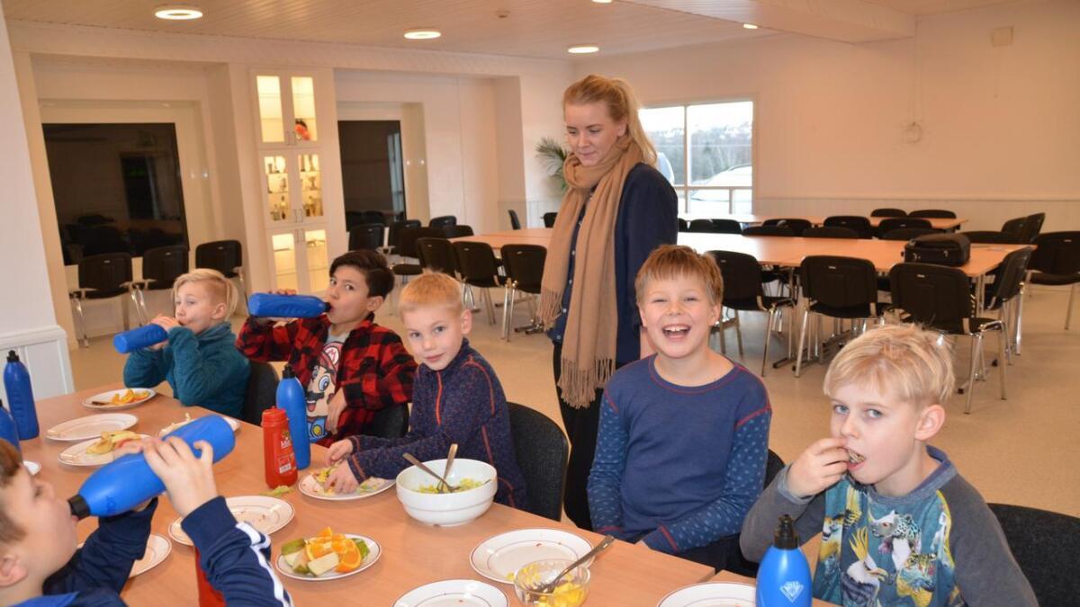 Etter skolen venter det mat på elevene, før det blir leksehjelp og aktiviteter. Onsdag var det quesedillas på menyen, sammen med frukt og grønt.