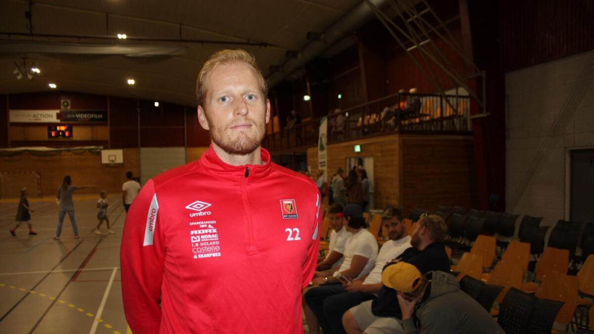 Jesper Munk og Laurits Mo Rannekleiv (nærmest i hvit T-skjorte) var tilskuere da ØIF Arendal spilte 25-25 mot den nyopprykkede 1. divisjonsklubben Kristiansand Topphåndball i Hisøyhallen tirsdag.