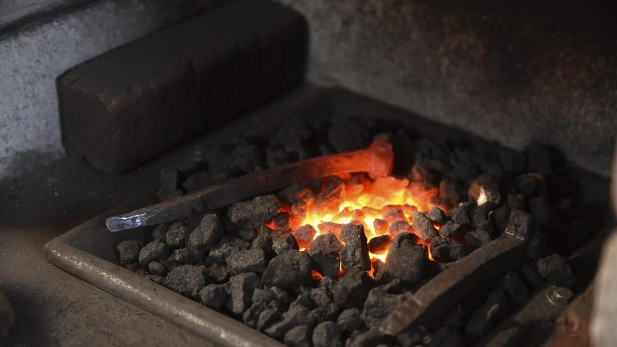 I essegropa blir det høg temperatur. Koksen i essetrauet har Jørgensen fått av ein kar på Hallaråker.