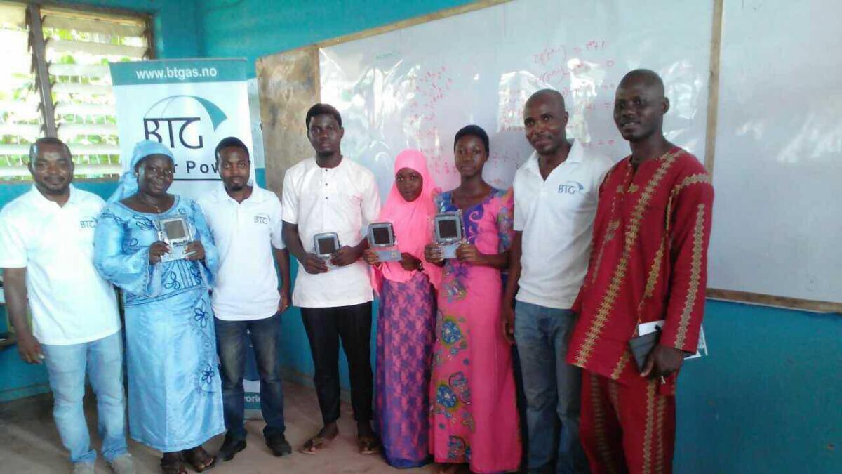 Staben i Nigeria har tro på leselampene.