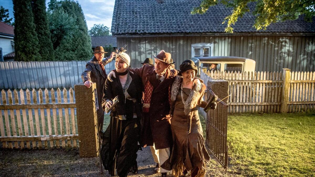 Karl Rudd, i Anders Høgli sin skikkelse, ankommer scenen i starten av «Smuglere VSOP». Damene var med ham hele veien.