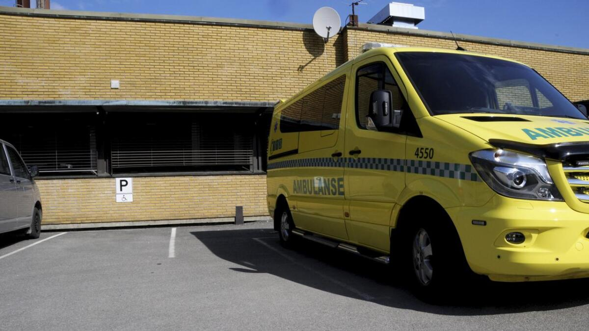 En ambulanse i tjeneste ble om kvelden 2. påskedag bøtelagt etter at sjåføren hadde oversett det nye underskiltet i gården der Sykehuset Telemarks sykebiler parkerer til vanlig. Q-Park har nå ettergitt gebyret og viser til at uniformerte utrykningskjøretøyer kan fravike parkeringsbestemmelsene.BEGGE