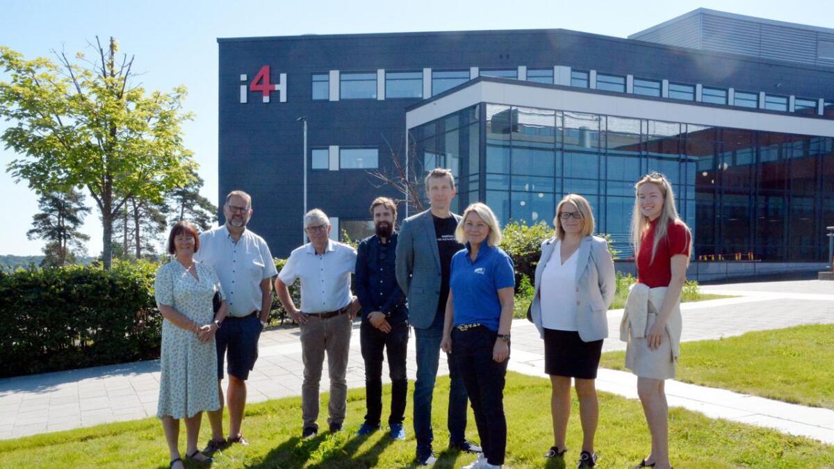 Denne gjengen var med på omvisningen onsdag. F.v. Ragni MacQueen Leifson (administrerende leder for senter for E-helse), Svein Harberg (leder Stortingets familie- og kulturkomité, Høyre), Arne Thomassen (Fylkesordførerkandidat Høyre), Ole Thomas Grimsli (Prosjektleder UiA), Stephen Seiler (viserektor), Monica Mæland (kommunal- og moderniseringsminister, Høyre), Sunniva Whittaker (rektor på UiA fra 1. august), og Amalie Kollstrand (Unge Høyre).