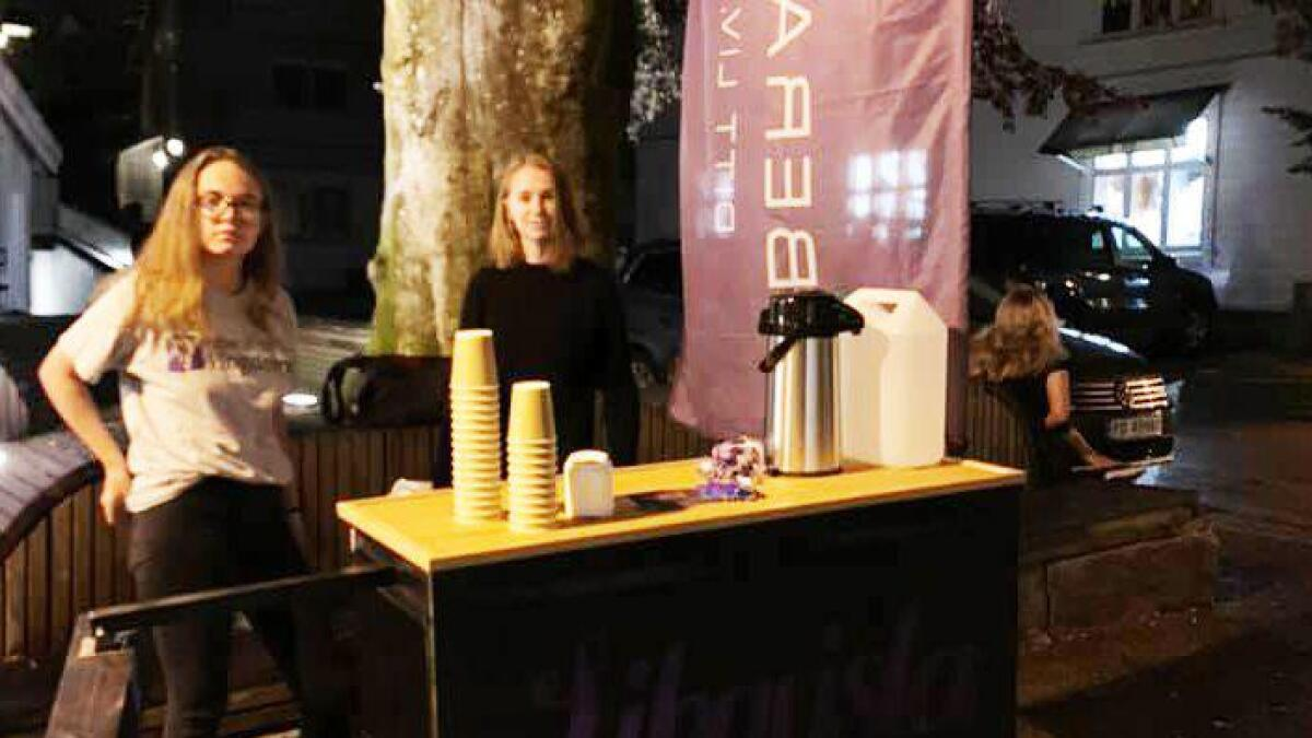 Liberalistene stiller med vann og kaffe på sin stand natt til søndag hver helg frem til valget.