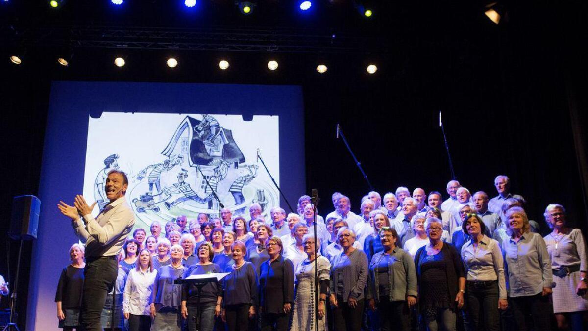 Torleiv Agdestein og Songlaget Stordabuen såg ut til å storkosa seg under premieren i kulturhuset laurdag kveld.