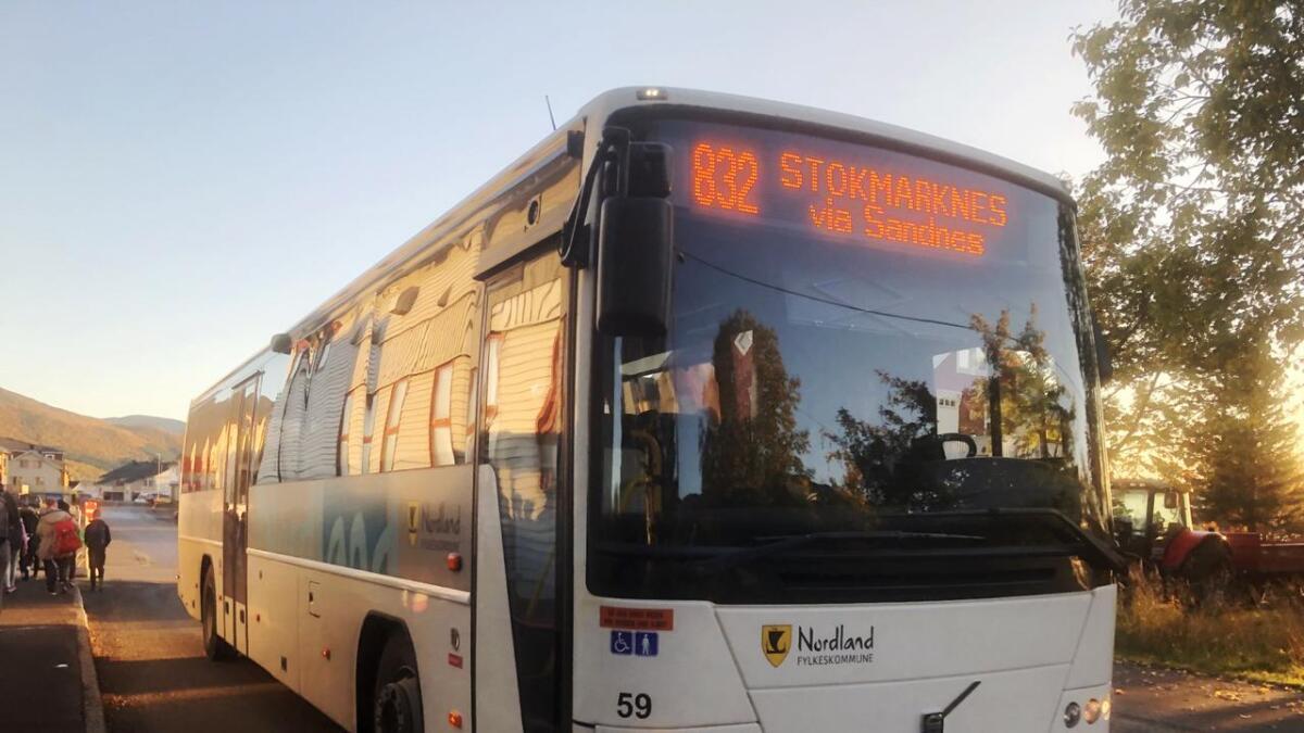 Skolebussen fra Slåttnes er før klokka åtte på Stokmarknes skole.
