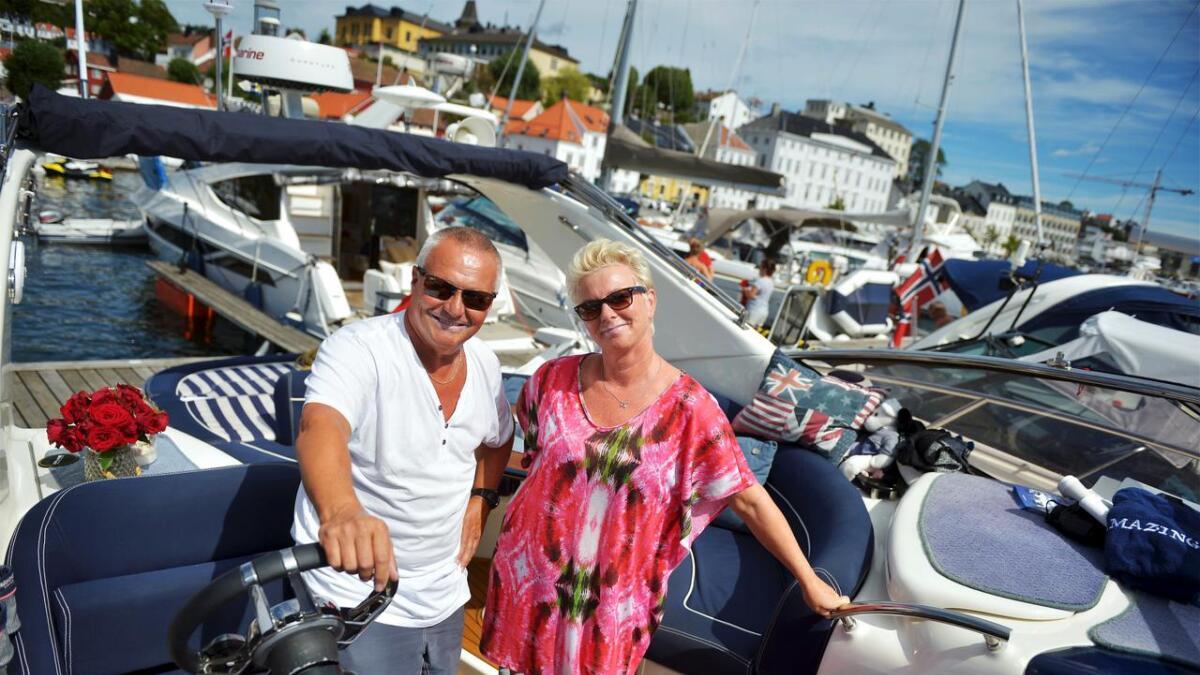 Anita og Finn Egil Hansen har «gått gradene» til 42-foteren de har i dag og koser seg på sjøen. Samtidig                        registrerer de at mange føler seg utrygge på de flotte båtene de har anskaffet seg uten for mye erfaring på forhånd.