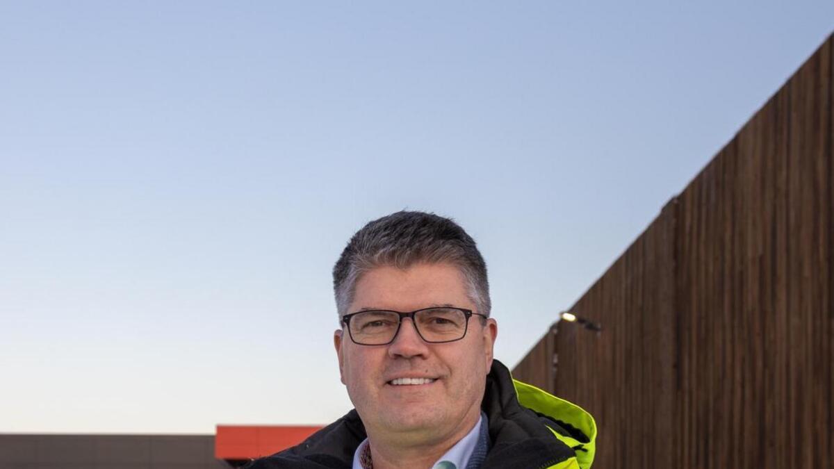 Frank-Robert Skogli er ansatt som markeds- og kommunikasjonsdirektør i Øksnes Entreprenør.