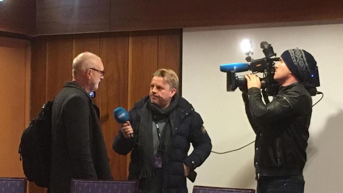 Det er stor interesse for torsdagens møte i kontrollutvalget. Her intervjues Ragnar Holvik av NRK før møtet startet.