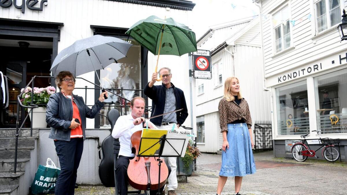Musikk. Andreas Kaleb Øhrn på cello og Elisabeth Krohn-Hansen (t.h.) sang i sentrum. Elin og Hans Øhrn Kyllingstad forsøkte å holde celloen tørr i regnet.