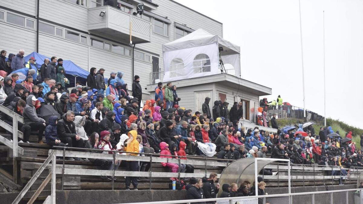 Om lag 300 personar trassa regnet og fekk med seg kampen Brann-Sogndal