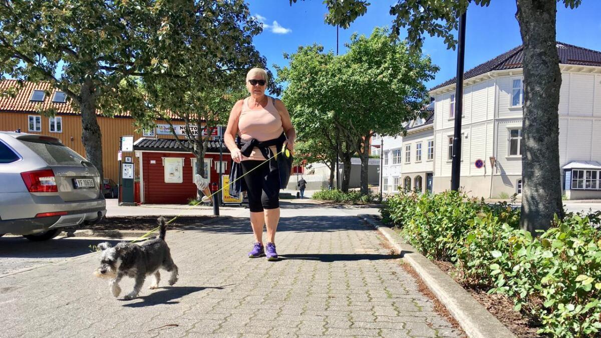 Når Hellen Katrin Bjellerås er ute med hunden sin, har hun alltid hundepose med. Og hun bruker den.     Ikke noe irriterer hundevennen mer enn de hundeeierne som gir blaffen i å plukke opp etter sin firbeinte venn.