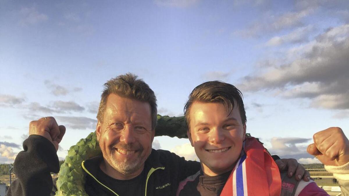 Alf Marius Loe Sandberg kjørte inn til norgesmestertittel i Seven Racing, her med pappa og mekaniker Svein Tore etter premieutdelingen.Begge