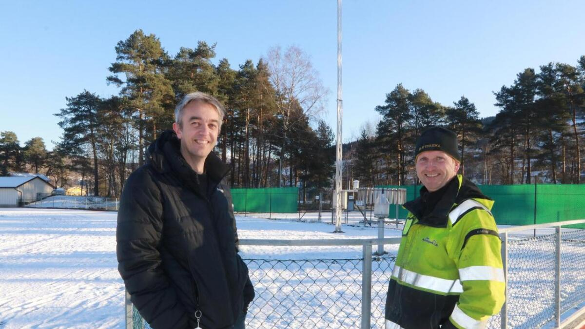 Nils Helge Kvamme (Voss kommune, til venstre) og Svenn Inge Helland (Voss Maskinstasjon) framføre målestasjonen på Voss. Masta er flytta ti meter.