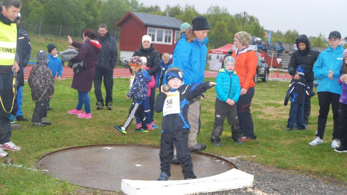 Arne Steinsvik Evjen tok grep på kulestøt.