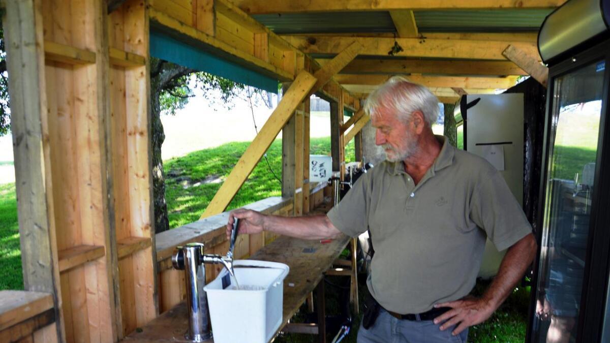 Tekniker Knud Knudsen fra CB får akkurat her øl gjennom til krana.