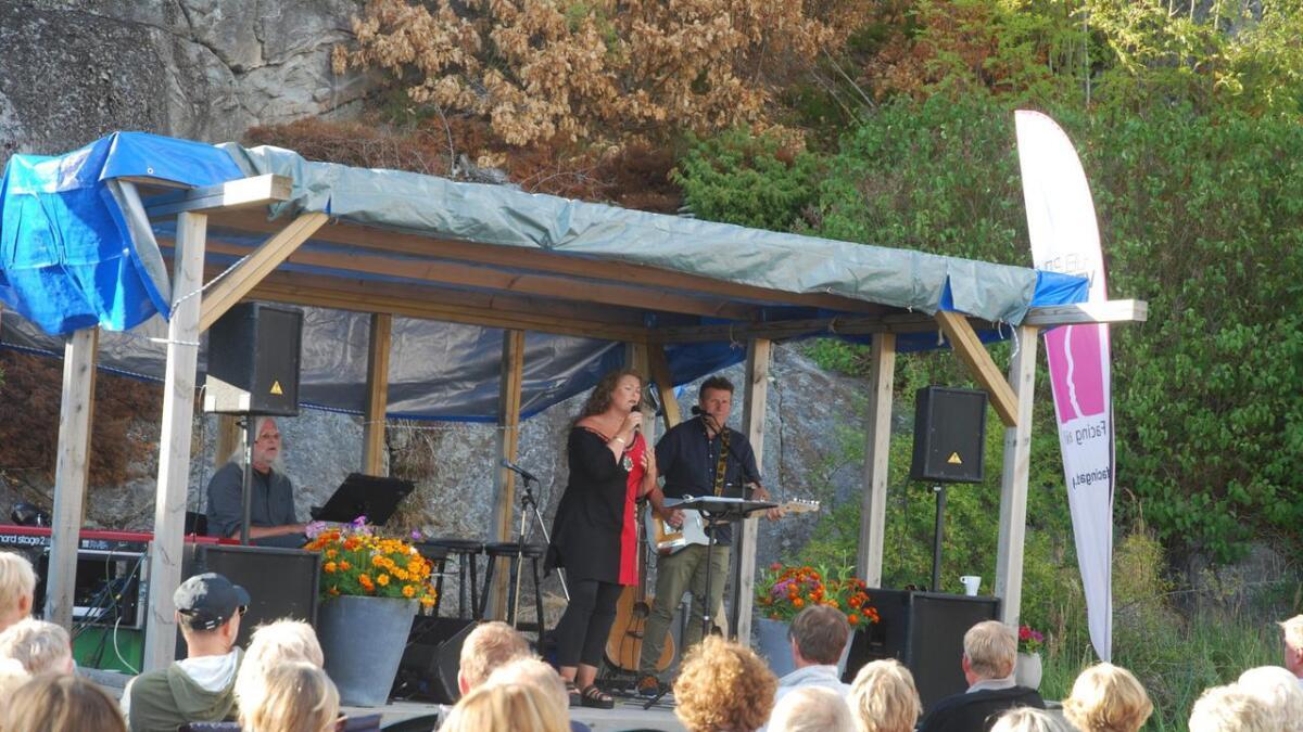 10. august blir det skjærgårdskonsert i Brekkestø. Her står Inger Lise Stulien på scenen under fjorårets konsert. Sangeren kommer tilbake i år, sammen med en rekke spennende artister.