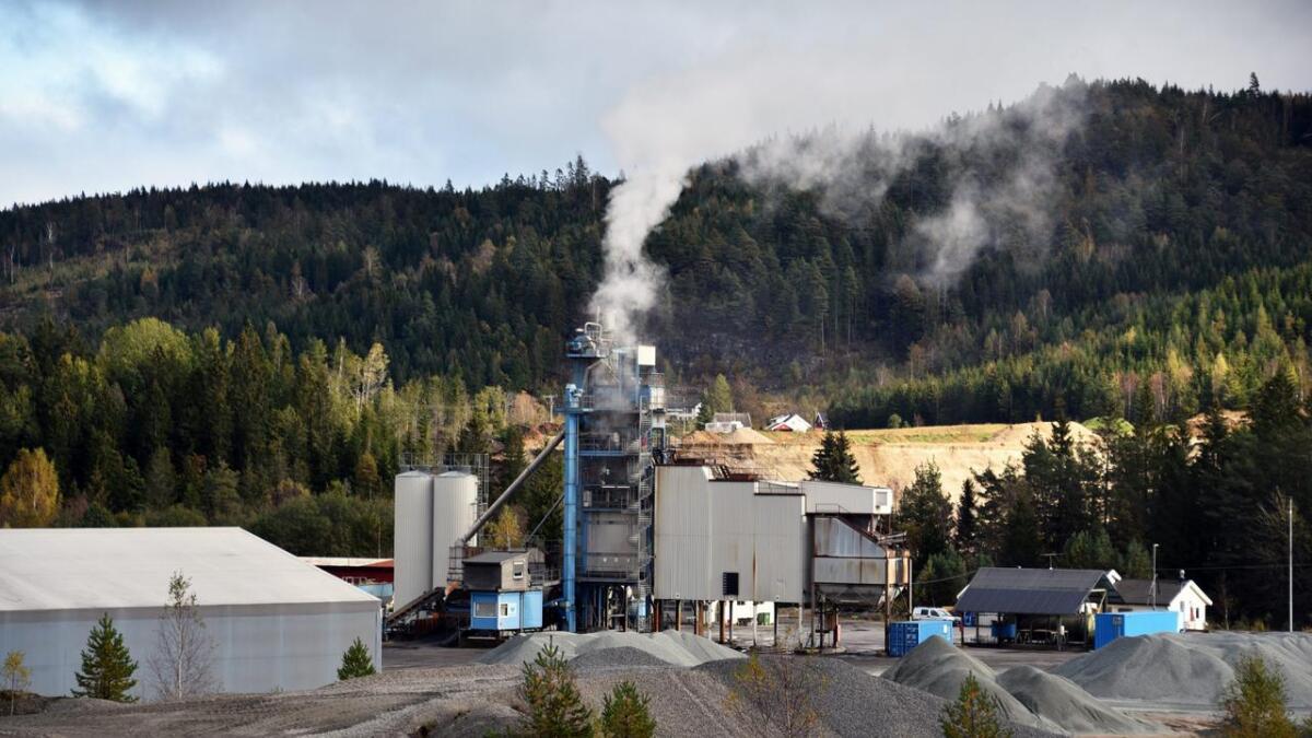 Ifølge NCC Industry, selskapet som driver asfaltverket på Rugsland, er den eksisterende fabrikken utslitt. De har søkt kommunen om å få bygge nytt på samme eiendom.