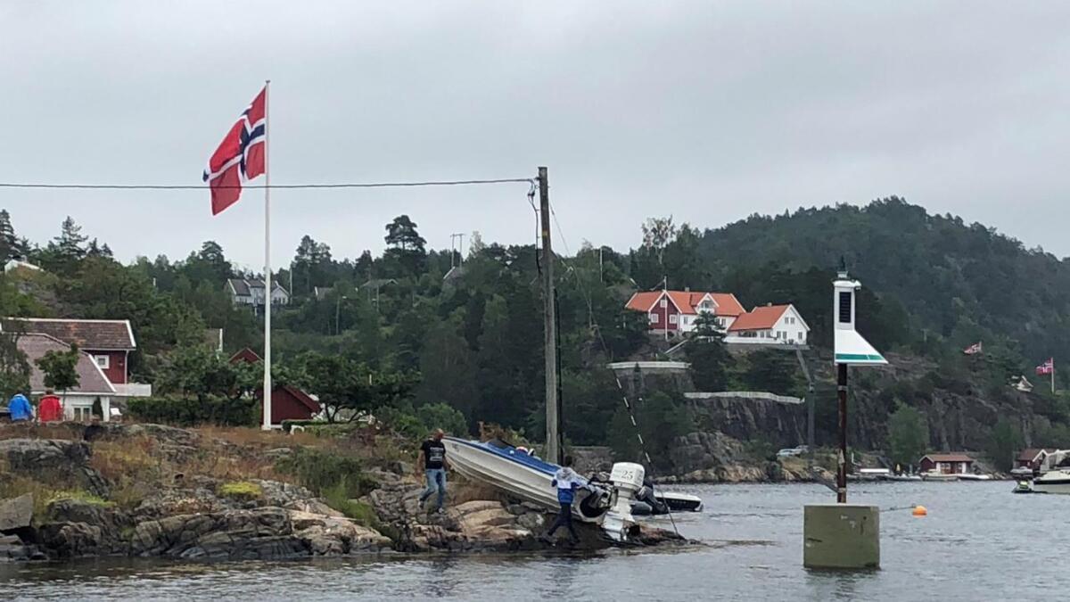 En av deltakerbåtene havnet oppe på et svaberg under Tvedestrandsregattaen søndag.