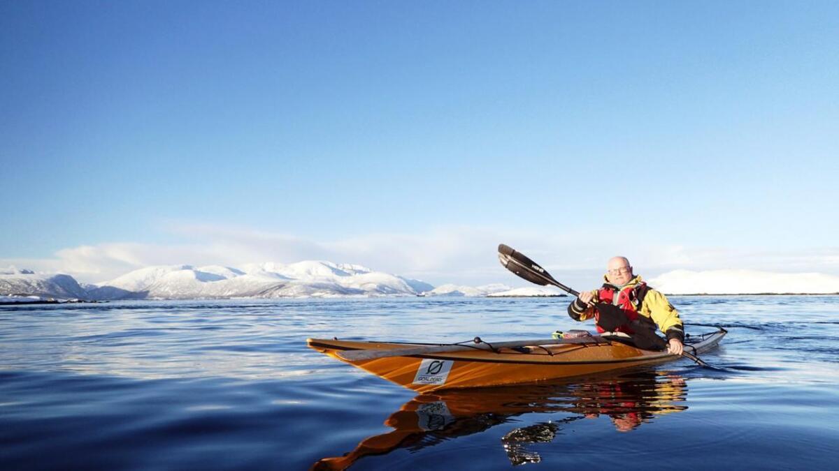 Klubbmedlem Stein Evert Pettersen fra Narvik er med på vinterpadling i Sortlandssundet.