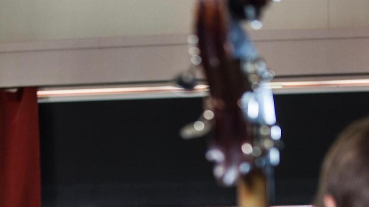 Eirik Hegdal har fått Vossa Jazz-skjorta på og er definitivt i festivalmodus. Han styrer bandet med sikker hand.