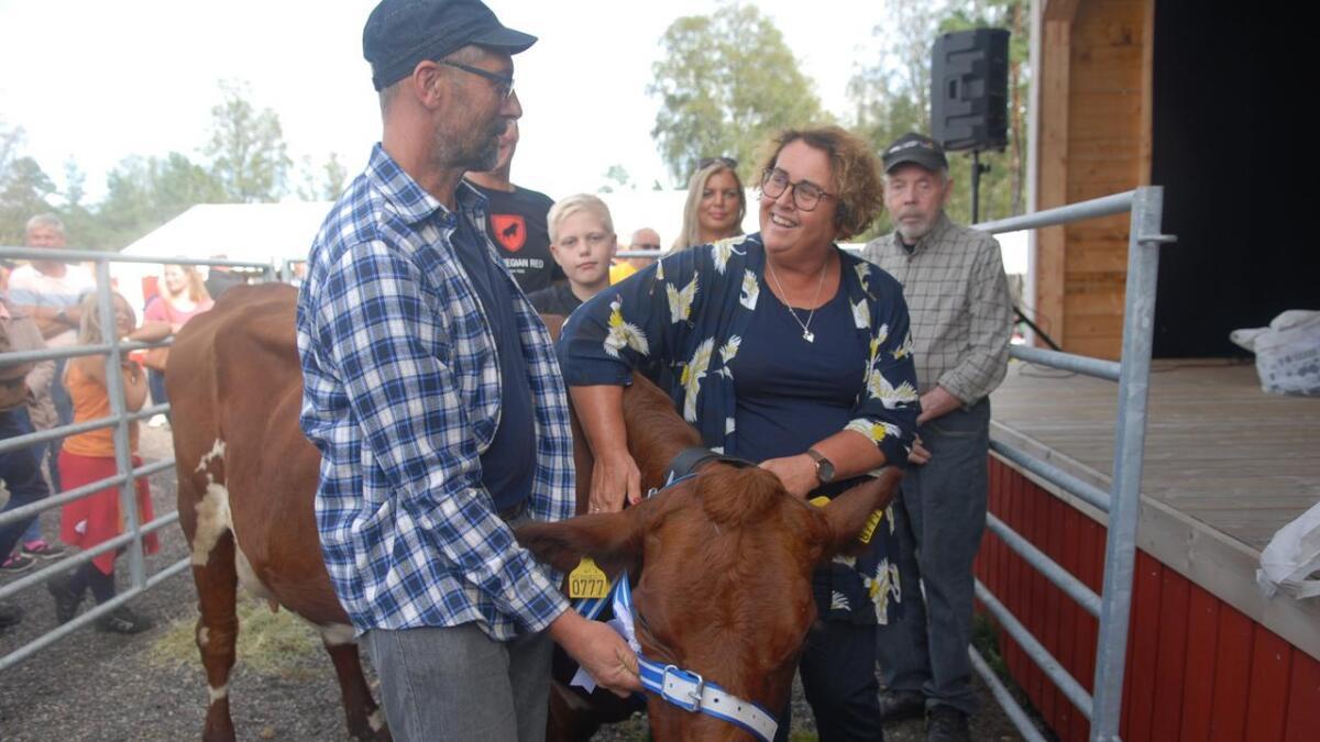 Vinnarkua Olaug eigd av Magni og Jørgen Røysland vart kåra av landbruks- og matminister Bollestad med same namn under Landbruksdagane på Evje.