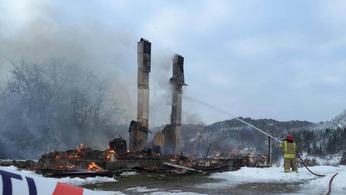 En eldre kvinne reddet seg ut da det begynte å brenne i et hus i Birkenes kommune lørdag morgen. Boligen brant ned til grunnen.