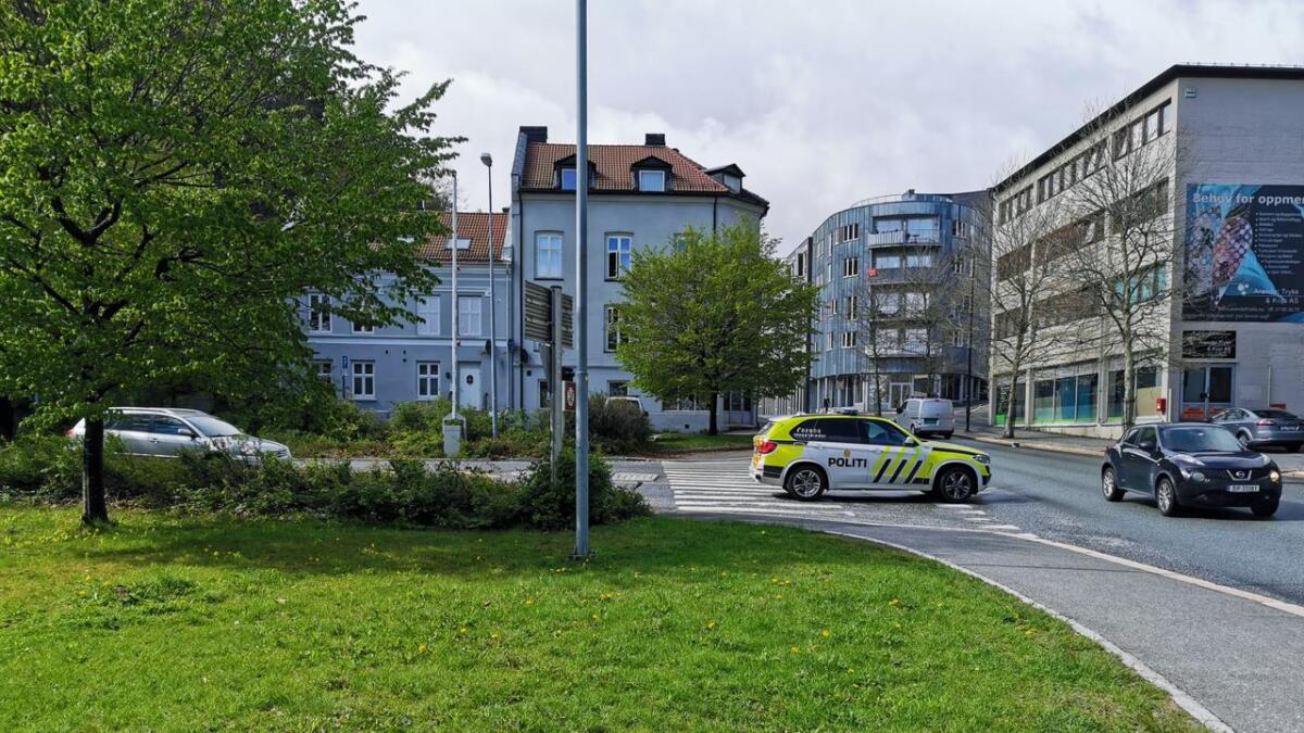 Hendelsen skjedde inne i Blødekjærtunnelen i Arendal. Her en politibil ved det ene utløpet.