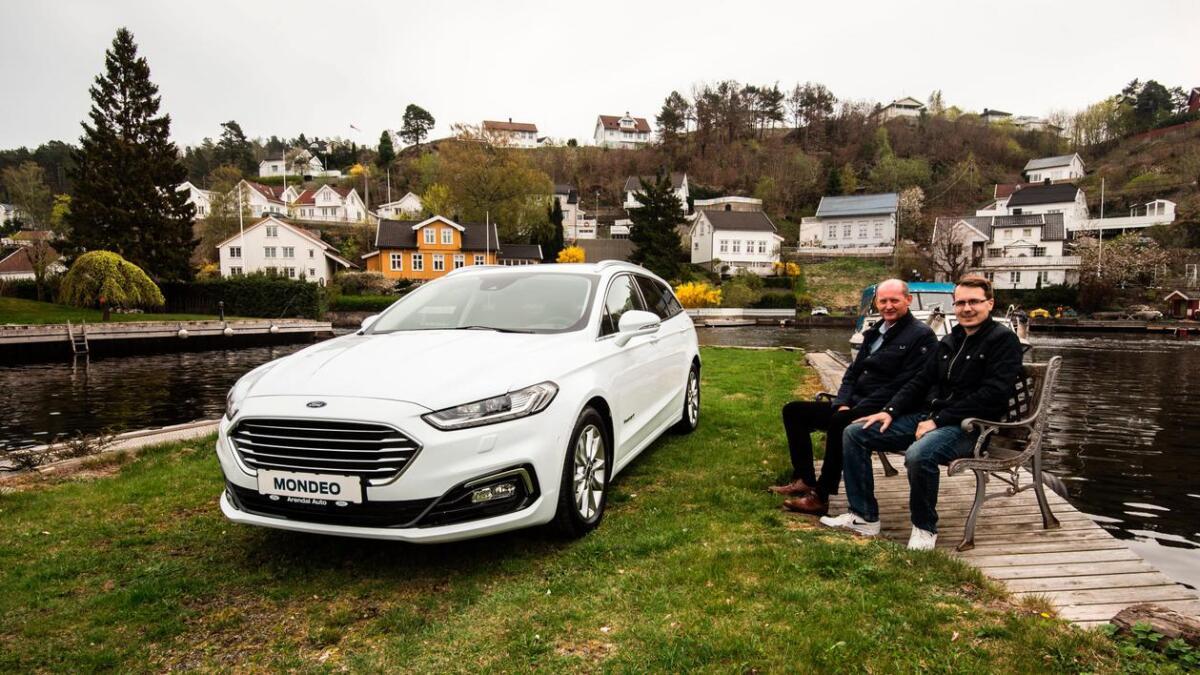 Dagfinn Noddeland og Fredrik Sandberg Nilsen viser gjerne fram den nye Ford Mondeo stasjonsvogn hybrid.