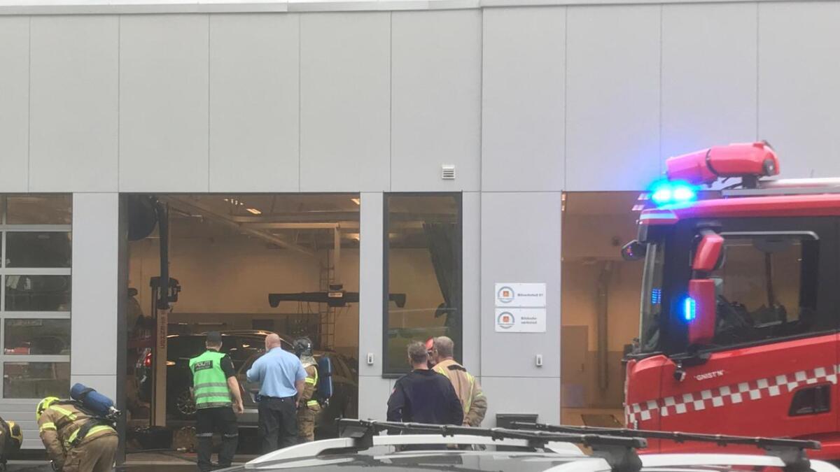 Brannvesen og politi har sperret av området rundt Funnemark på Notodden etter at det brant inne i verkstedet.