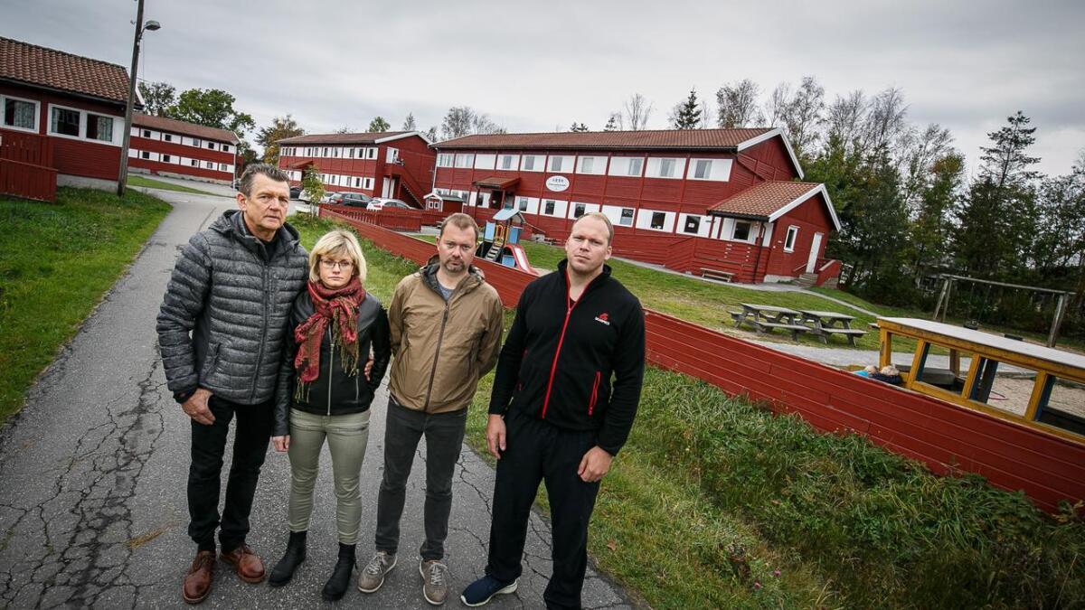 Kristian Gundersen, Silje Andreassen, Gunstein Telle Kallestad og Eirik Bruun Ingebretsen har alle barn i Hove barnehage som nå stenges. Bak ser man både mottak og barnehage.