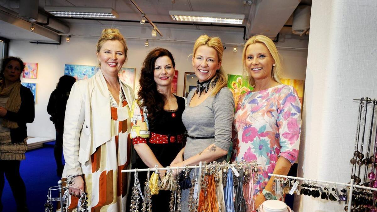 Vibeke Lillefjære (fra venstre) maler, Siri Svensen Molvær designer klær, Anette Andersen hekler egen design og Katrine Bakke designer smykker.  I seksten dager har de innredet lokaler sammen i gågata i Skien. Som et 16 dagers stunt, noe de håper andre følger opp. ALLE